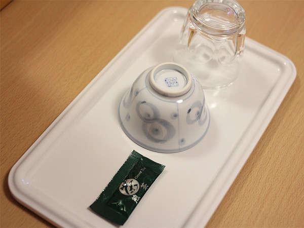 客室にはお茶、湯呑み、グラスがセットされてます。