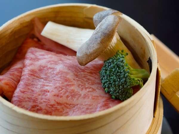 やわらかい松阪牛をせいろで蒸して料理長特製の和風ゴマだれで『松阪牛せいろ蒸し』