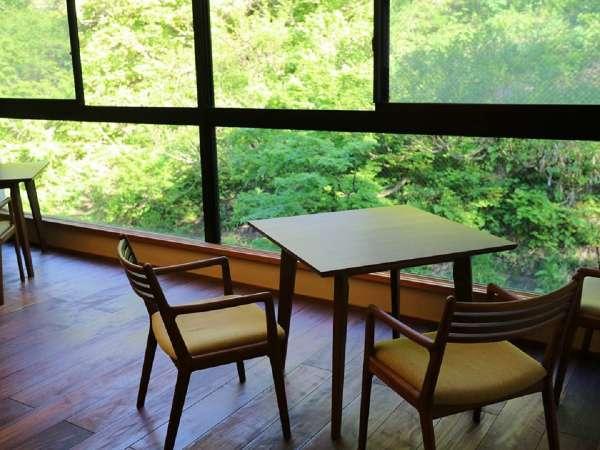 【ダイニングルーム】野菜中心の里山料理をお楽しみください。