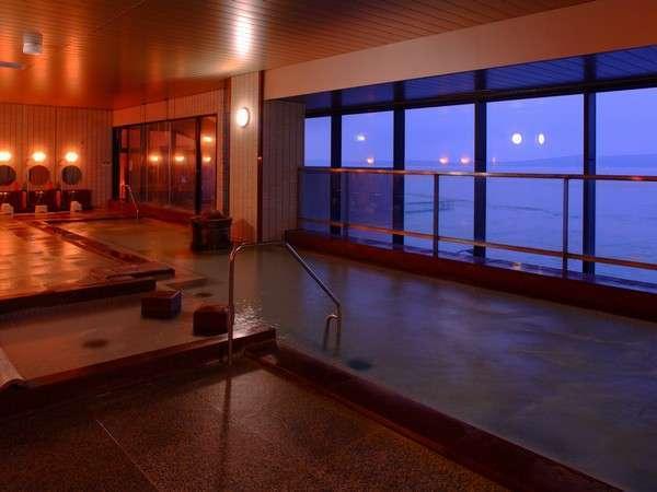 ご婦人大浴場「おはんの湯」 広々としたお風呂と波穏やかな七尾湾の眺めが心と体を癒してくれます。