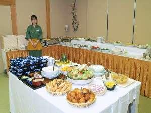 畳の純和風な宴会場にイス・テーブルでご用意致します『朝食会場』