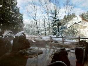渓谷を望む『露天風呂』。52℃強の源泉に加水・加温などの手を加えることなく温度管理しております。
