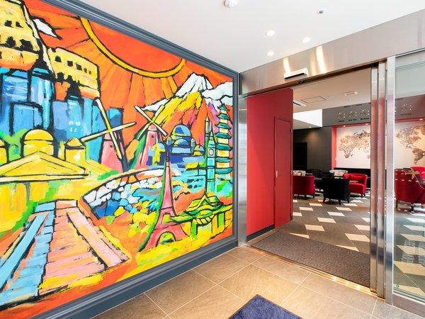 【エントランス】ポップな壁面アートがお出迎えいたします