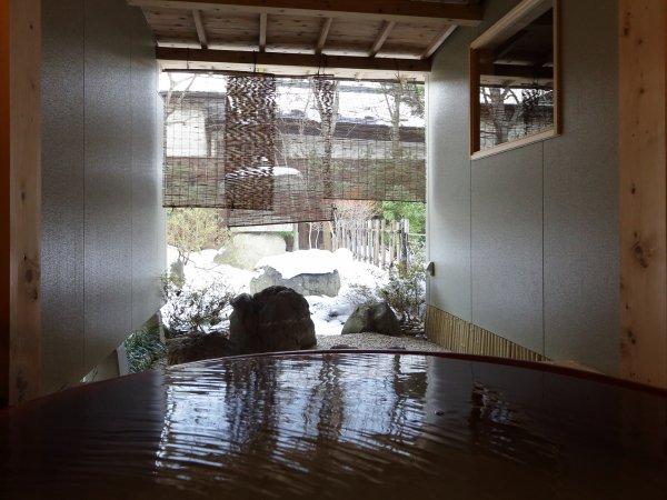 ※客室露天風呂で雪景色を眺めての湯あみは格別です。