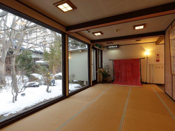 館内は畳敷きになっており、大きな窓の外は昼と夜、季節ごとにかわる表情をお愉しみいただけます