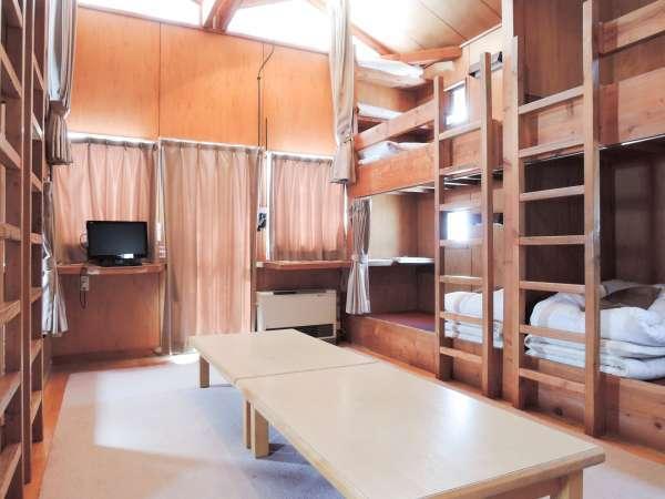 *[8名用キャビン一例]山小屋風の二段ベッド。夜はみんなでおしゃべりも楽しめそう。