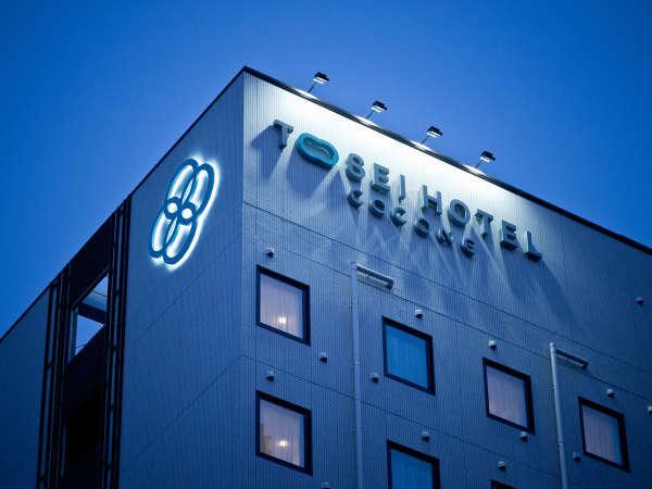 ホテル外観:神田駅西口より徒歩3分、重なりあった4つの円のロゴマークが目印です
