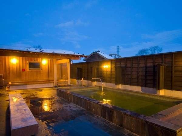 露天風呂には、檜(ぬるめ)と、鉄平石(熱め)の2種類の浴槽を用意しております。