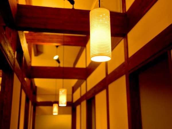 【食事処「庵」】個室の囲炉裏席と、スクリーンで仕切る個室風のお席がございます。