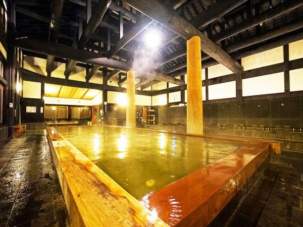 樹齢1000年の天然木、床には鉄平石と天然素材が自慢の湯屋