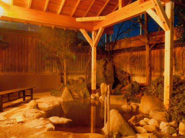 内湯から続く露天風呂。源泉100%掛流しの琥珀色の温泉をどうぞ