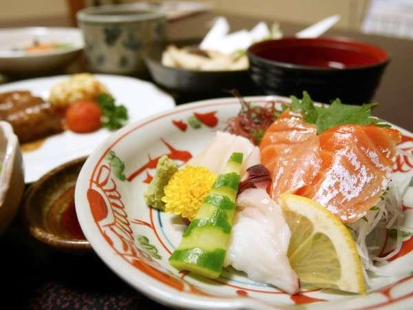 *[ご夕食一例]地元の食材を多く使った彩り料理。