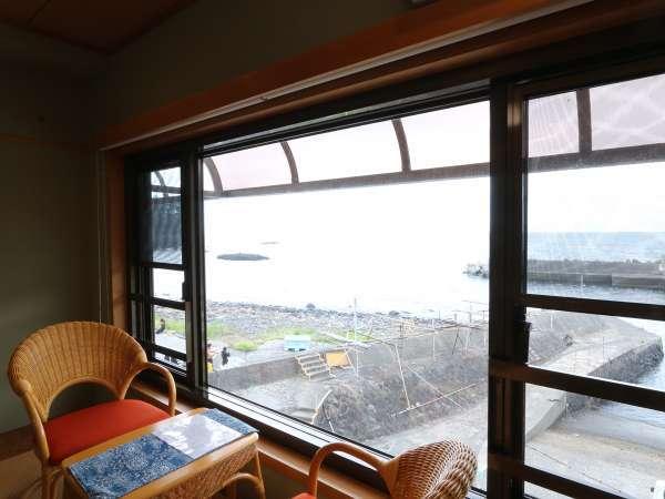 【2F檜風呂付客室】大きな窓から海を眺めることが出来ます。*