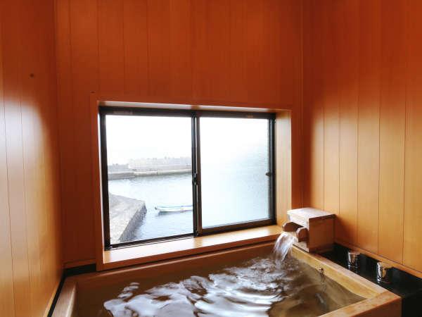 【2F檜風呂付客室】海の景色を眺めながらお寛ぎ頂ける檜風呂です。*
