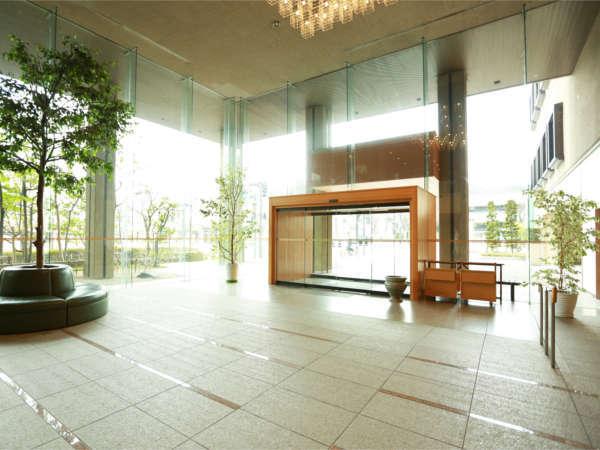 開放的なロビー。正面に飾られた長谷川塑人の陶板画がお出迎え。
