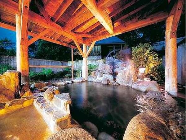 夜の露天風呂(岩) 夜11時から12時頃の間に男女の暖簾を入れ替えます