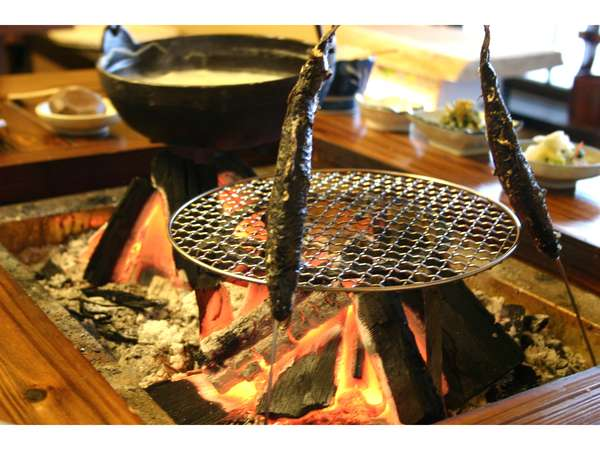 囲炉裏山賊料理、ヤマメの串囲炉裏焼き
