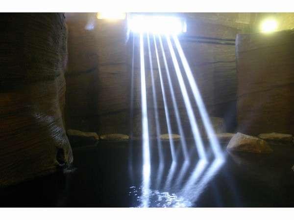 朝日の差し込む洞窟風呂