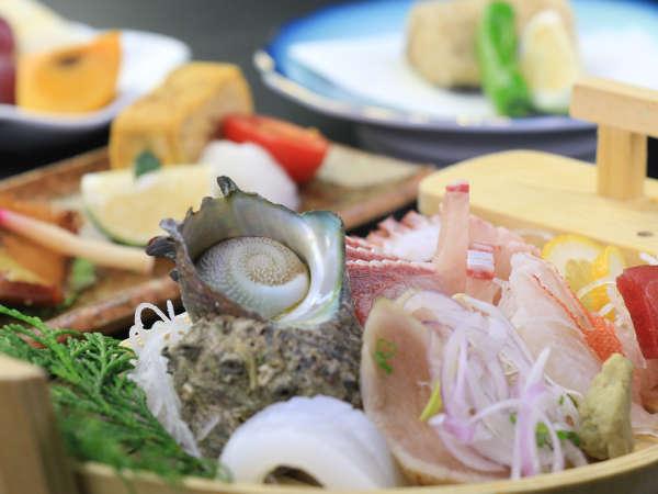 <夕食一例>季節に応じてサザエなど取れたての海幸をご用意 冬は寒ブリが美味しいですよ♪