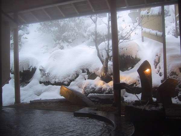 大窓の外には季節の景色が広がる。12月頃から雪景色が見られる事も