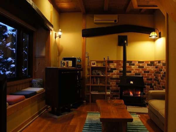 梁と暖炉がオシャレな談話室