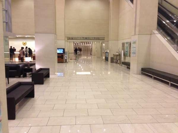 東京ベイ有明ワシントンンホテル ロビーです。フロントは左です。