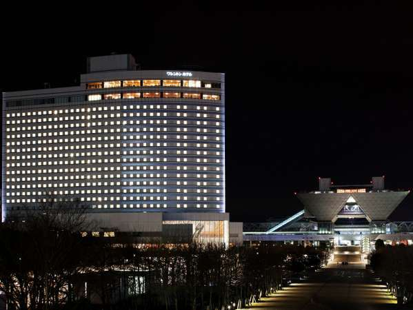 夜のホテル外観です。奥の建物は東京ビッグサイトです。
