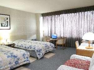 清潔感あふれるツインルーム、家族にゆったりした和室が人気