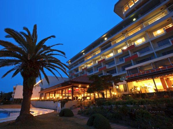 ■夕暮れの幻想的な雰囲気に包まれるグランドホテル。目の前には海が広がります