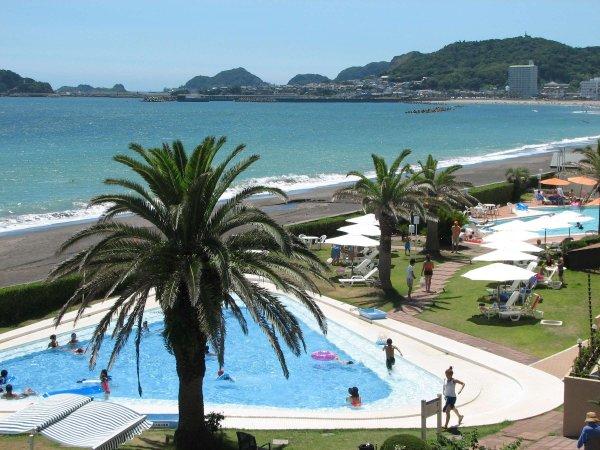 夏季オープンの子供三角プール(最大水深70cm)隣に25mスイミングプールもあります