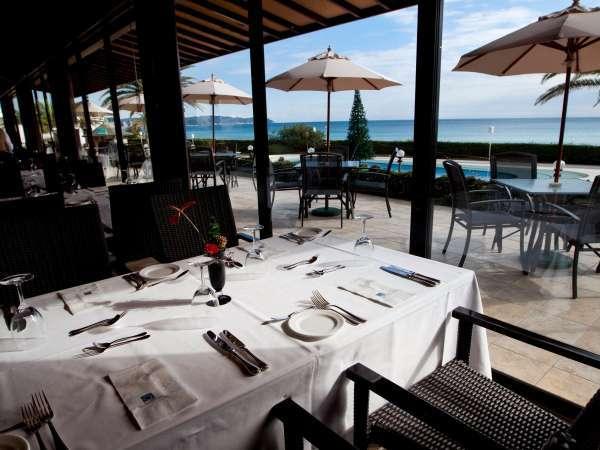 朝食は海の見えるレストランで朝の日差しを浴びながらお召し上がりください