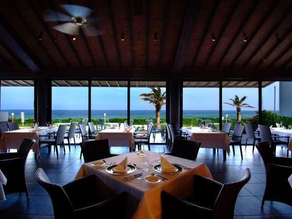 海を間近に感じるレストラン「GUNJO」
