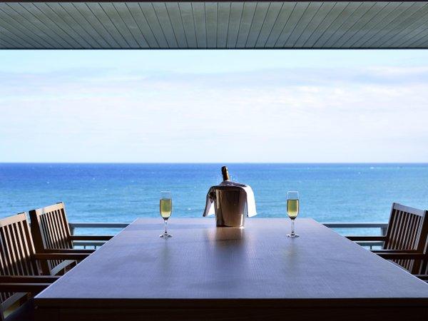 【客室からの眺望例】太平洋の雄大な海の景色が窓一面に広がります