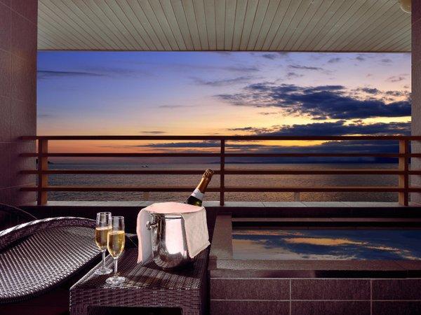 プレミアムフロア客室の露天風呂から眺める夕暮れ