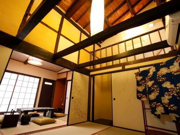 貸切1棟「天」の1階2間続き和室12畳バス、ウォシュトイレ。吹き抜けは、2階にメゾネット寝室へ♪