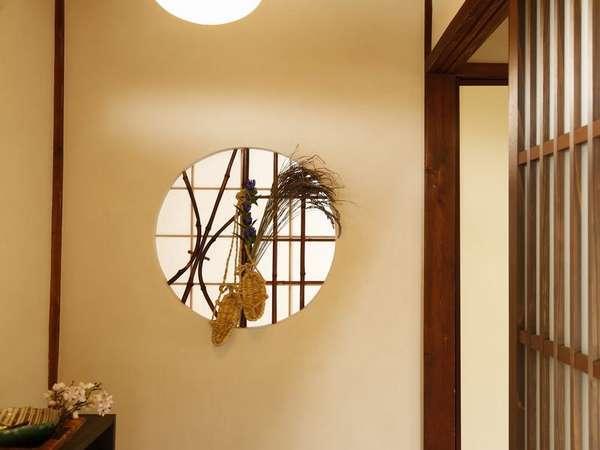 別邸「千の雲」の玄関には、以前のままの明り取り窓。漆喰の壁も懐かしさ満載です。
