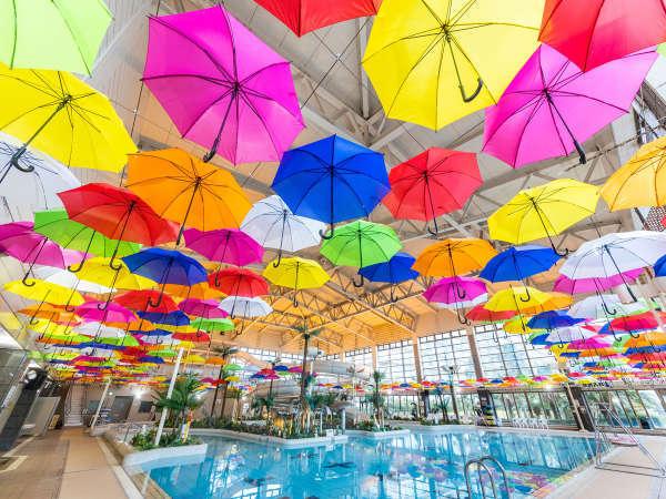 *【アクアパーク(一例)】天井には色とりどりの700本のアンブレラのデコレーション!