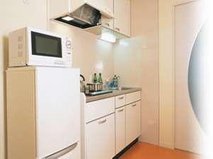 【システムキッチン】電子レンジや冷蔵庫、2口IHクッキングヒーターを設置。