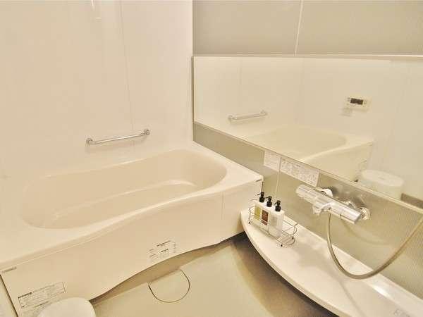【バスルーム】独立バスルームは広々としており、至福のバスタイムが♪
