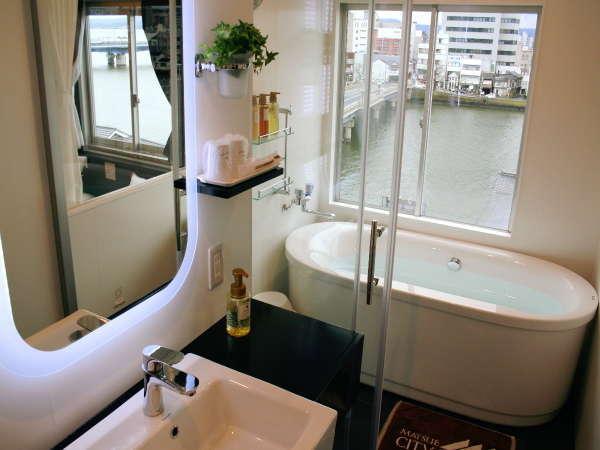 """◆お洒落な洗面とプライベートバスからの""""水の都松江""""の風情はデラックスルームならではのプレゼント◆"""