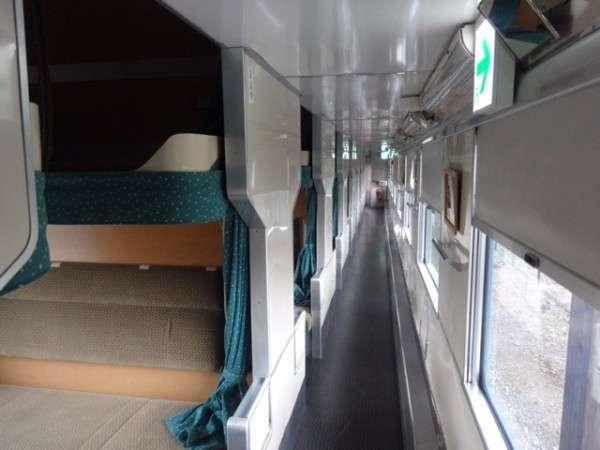 【1号車】それぞれのベッドはカーテンで仕切ることができます