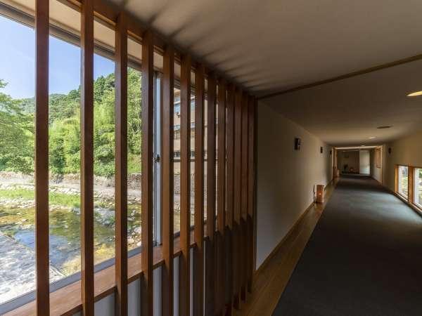 【専用橋】1階駐車場から風情ある専用橋を渡って4階フロントまでお越しください