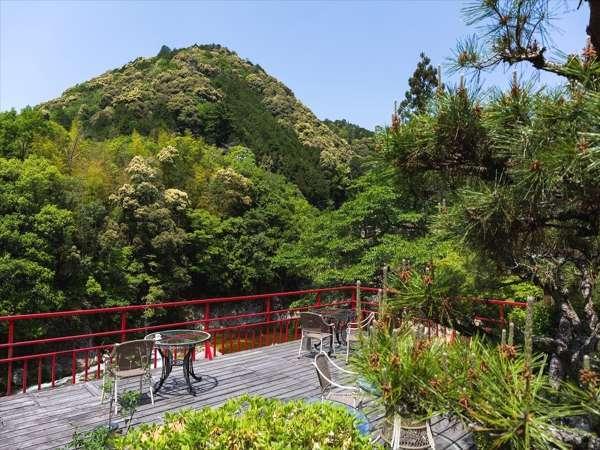 宇連川を望むテラスからの眺めは絶景!