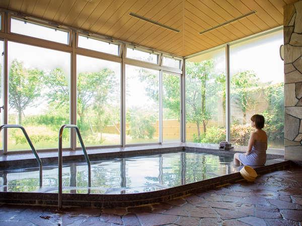 自慢の露天風呂。肌にやさしい三国温泉(単純温泉)をゆっくり堪能ください。