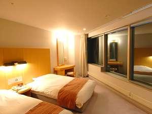 リビングルーム・ベッドルーム合わせて65平米の広さを誇る。