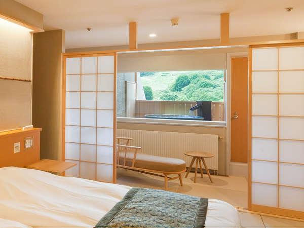 【本館ジャパニーズメゾネット】定員4名 2F寝室奥バルコニーにある露天風呂が魅力のお部屋です。