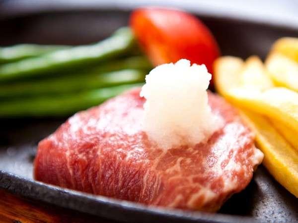 牛ステーキは陶板でアツアツを堪能♪