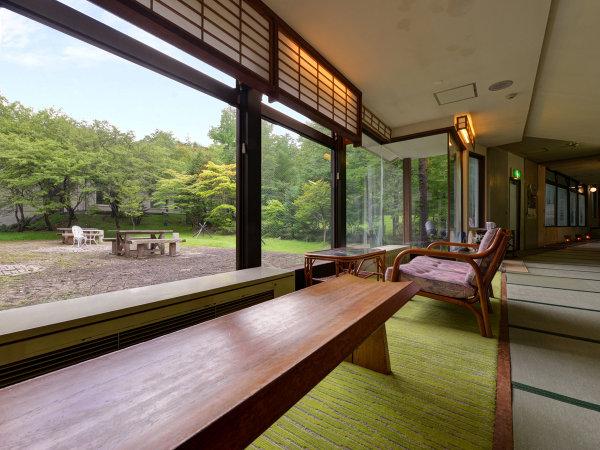 *廊下/館内の窓は広くパノラマの景色をご覧いただけます