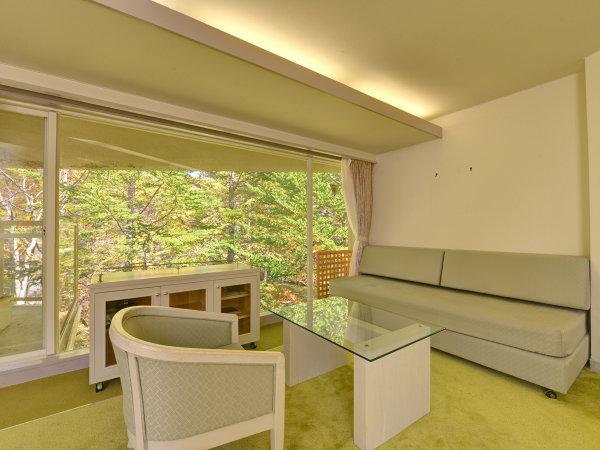 *秋の樹林棟洋室(紅葉)/客室から紅葉を眺めることができる温泉宿
