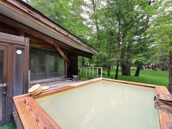 *春夏の新緑露天風呂(男性)/ほのかな宿樹林は標高1500メートルにございます